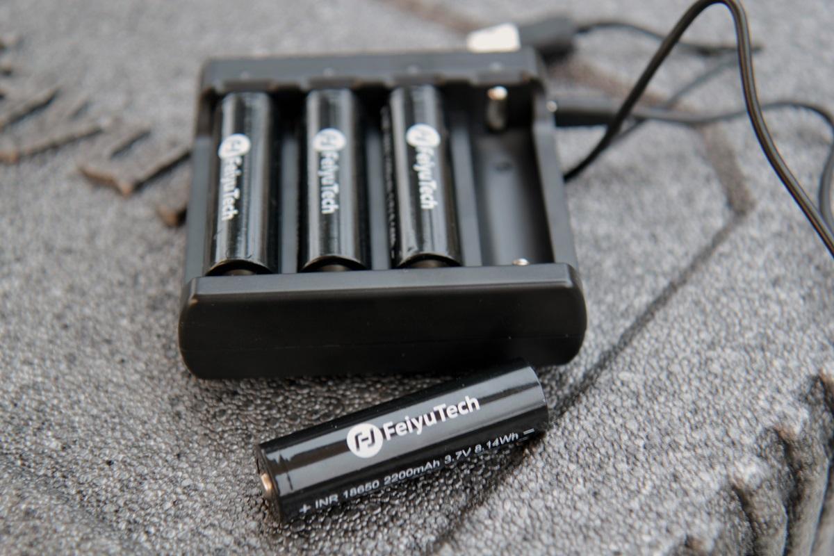 Feiyutech_AK4000_07_batteries_petite.jpg