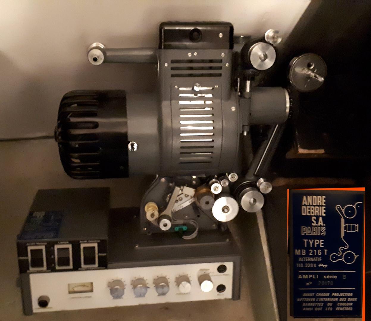 2 projecteurs cinéma 16mm pour collectionneur