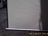 Ecran de projection sur trépied, ayant donc cette qualité : mobile.